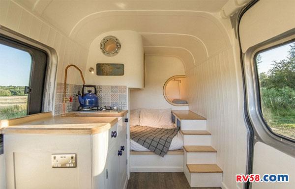 英国一对夫妇自己动手打造了双层床梦想房车 美呆了