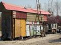郑州男子自制两层房车 用太阳能发电
