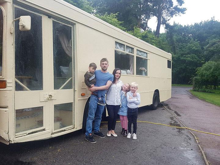 英国夫妇爆改公交车  一家五口住的惬意
