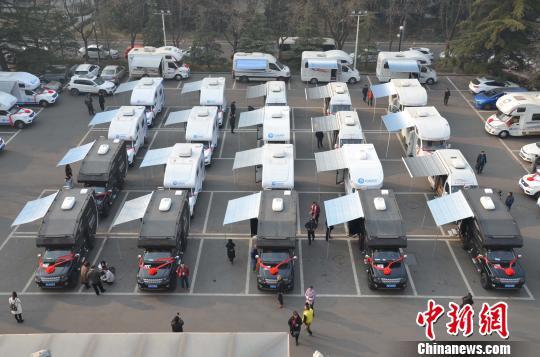 """100台""""共享房车""""28日在山东济南集体交付,来自全国15个省100余个县区的代理商,将开启""""共享房车""""体验式旅游新时代。"""