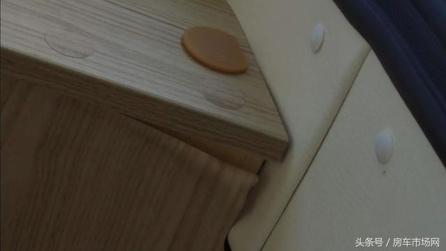 使用半年大通房车内饰家具竟然多处脱胶、爆皮