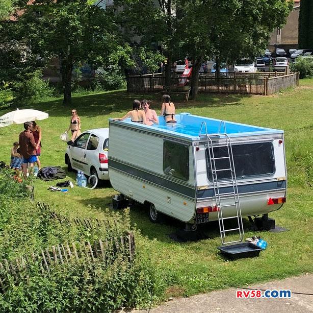 国外能人将老旧房车改造成移动游泳池
